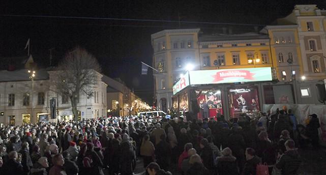 Stortorget i Örebro är fullt av folk som tittar på Musikhjälpen.