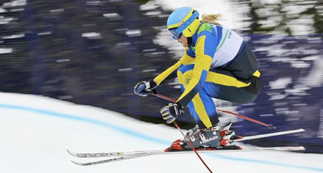 Anna Holmlund åker utför en backe. Hon ses i profil. Bilden är från 2010.