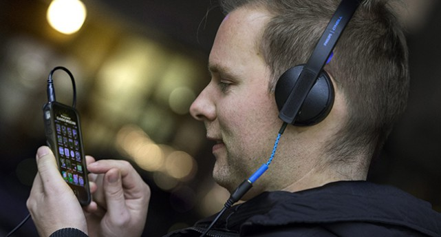 En man med hörlurar i profil.