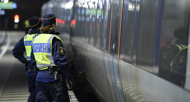 Poliser vid ett Öresundståg i Malmö.