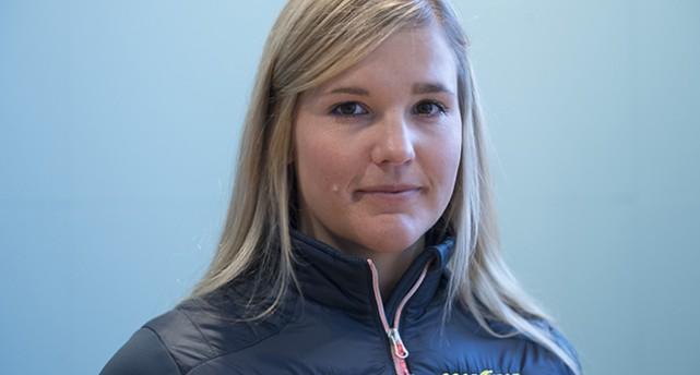 En ansiktsbild på Anna Holmlund. Hon tittar in i kameran.