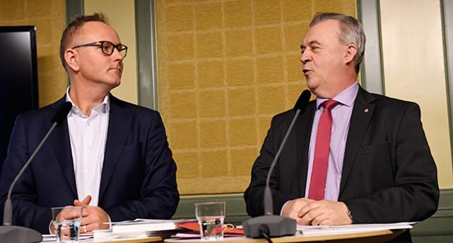 Två män vid ett bord med mikrofoner