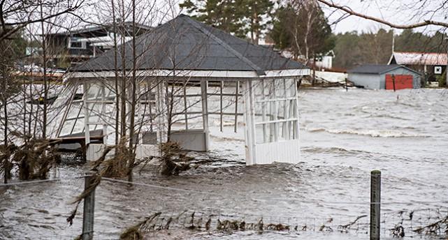 Ett lusthus står mitt ute i vattnet