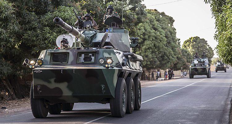 En pansarvagn på en väg.