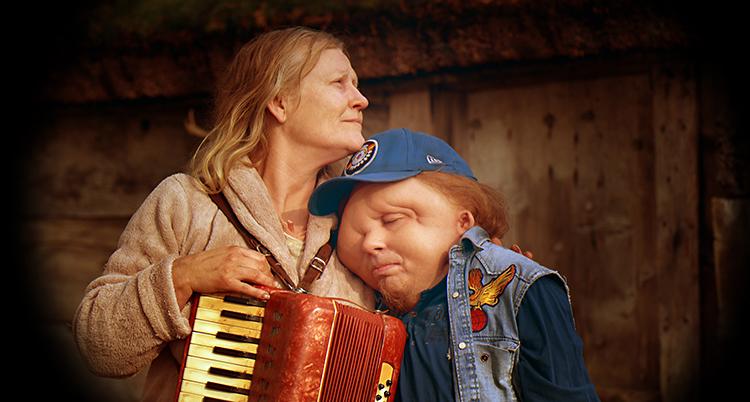 Anna Bjelkerud och Christian Andrén i filmen Jätten. Foto  Triart film 242b91f33a9d4