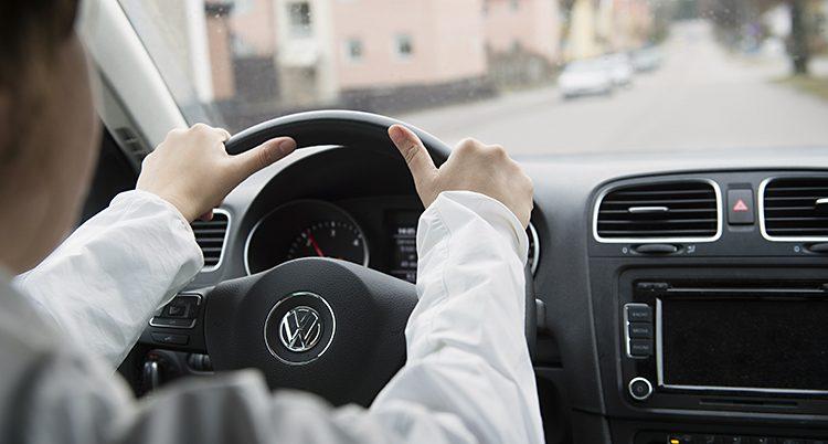 En kvinna kör bil
