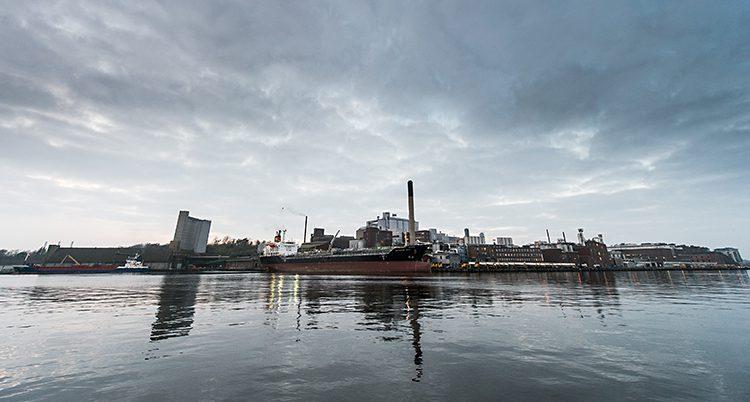 Hamnen i Karlshamn, fotad från vattnet.