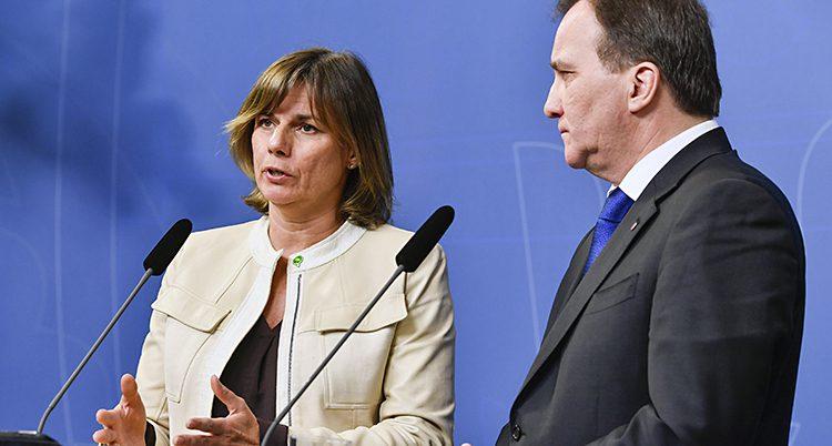 Isabella Lövin talar och Stefan Löfven tittar på