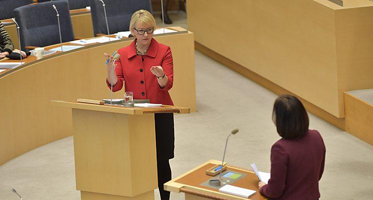 Margot Wallström i talarstolen i riksdagen.