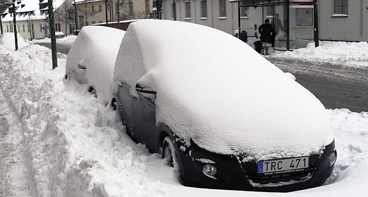 En insnöad bil.