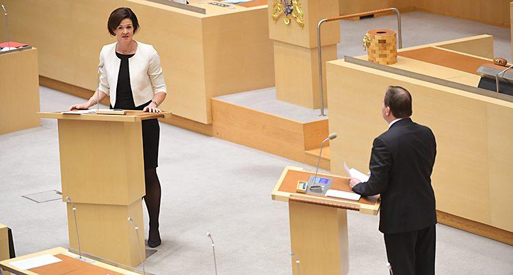 Moderaternas ledare Anna Kinberg Batra och statsminister Stefan Löfven i riksdagen