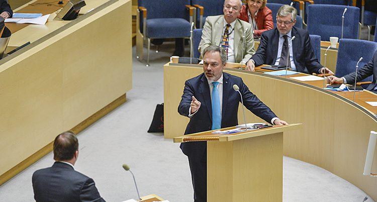 Liberalernas ledare Jan Börjklund och statsminister Stefan Löfven i riksdagen.