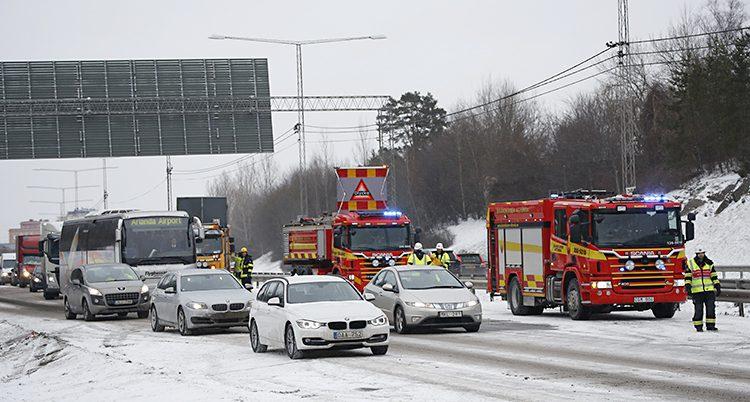 Brandbilar står bredvid en kö med bilar
