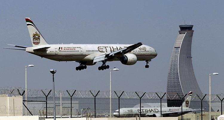 Ett plan ska landa på en flygplats i Förenade Arabemiraten.