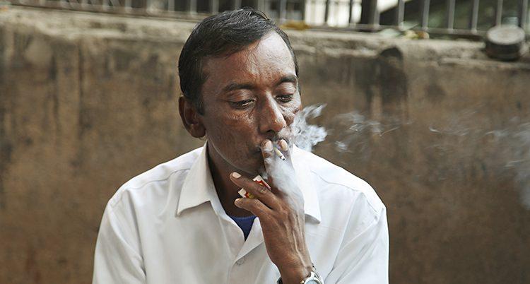 En man i Indien röker