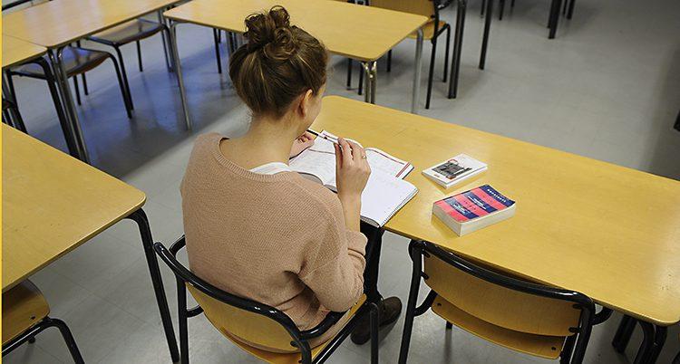 kvinna studerar