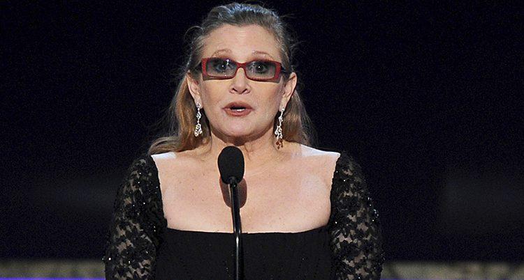 Carrie Fisher pratar i mikrofon.