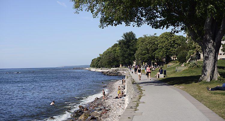 En strandpromenad i Visby på Gotland.