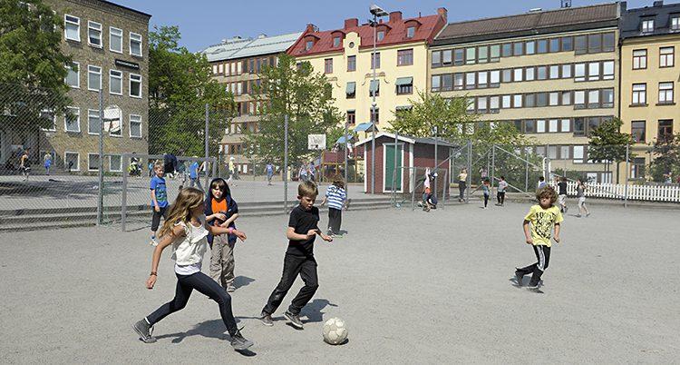 Barn leker på skolgården