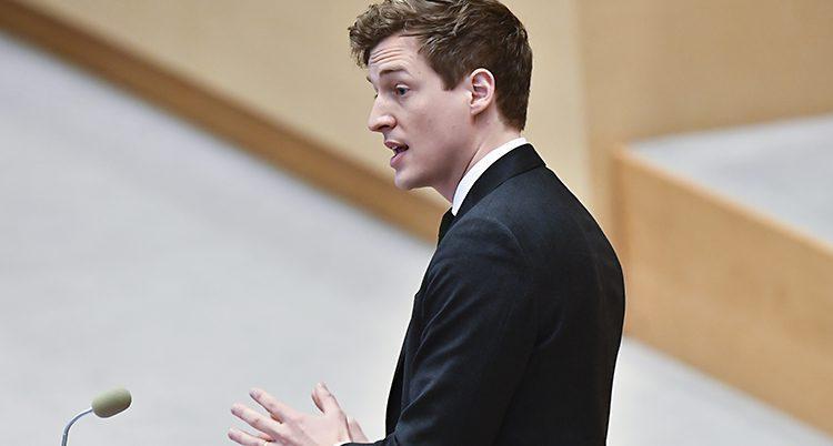 Emil Källström i talarstolen.