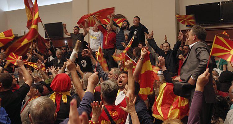 Bråk i riksdagen i landet Makedonien.
