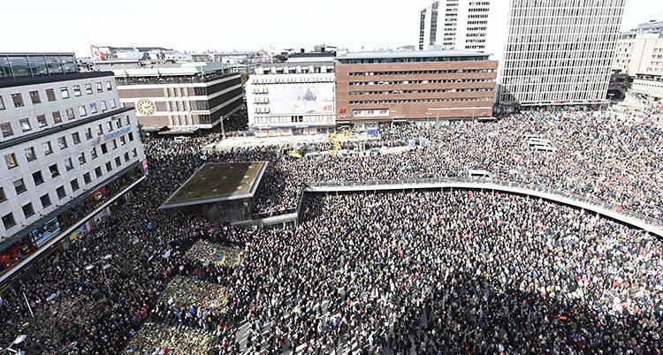 Flygbild över sergels torg fyllt av människor.