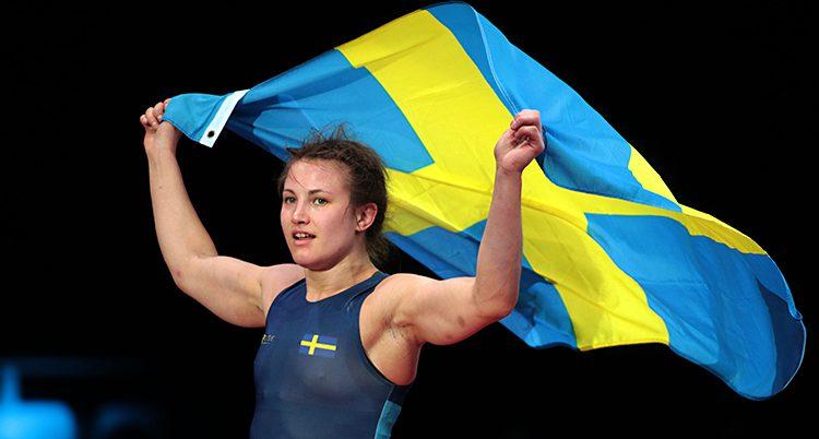 Johanna Mattsson jublar och håller up en svensk flagga