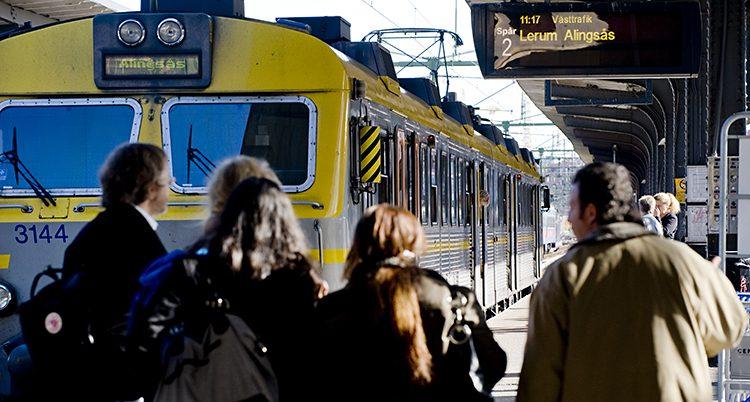 Människor på en perrong på väg mot ett tåg