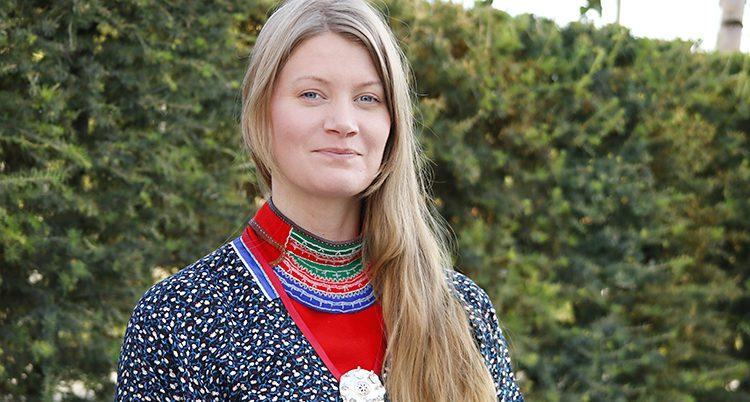Josefina Skerk med samisk dräkt på sig.