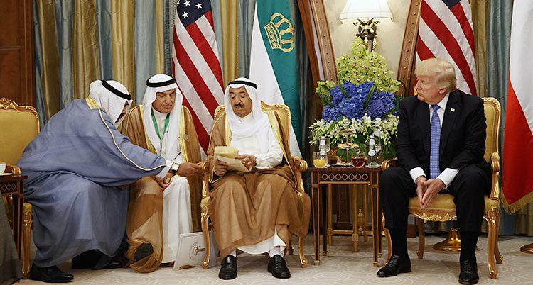 Donald Trump tillsammans med ledare från landet Kuwait.