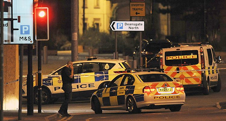 Polisbilar på en mörk gata