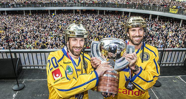 Bröderna Joel och Henrik Lundqvist håller i pokalen med massor av människor bakom.