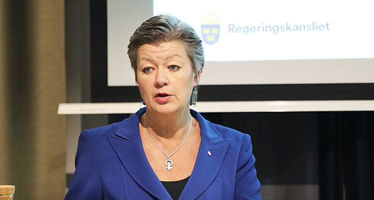 Ylva Johansson står och pratar