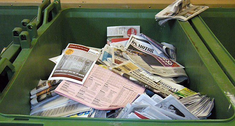 Massor av gamla tidningar i en grön låda
