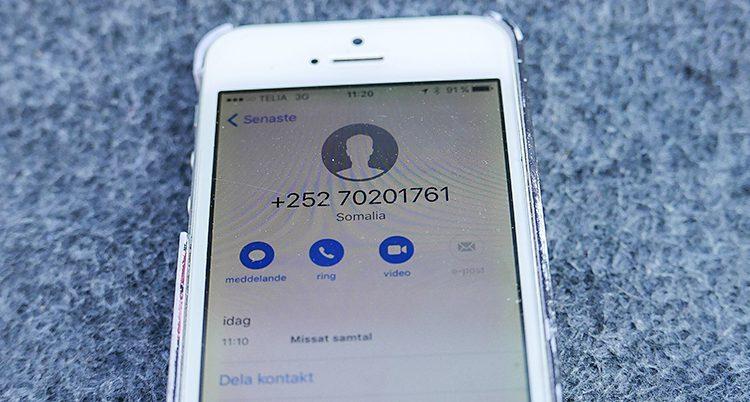 En mobiltelefon med ett samtal från ett nummer som börjar med +252