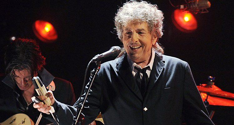 Bob Dylan sjunger i en mikrofon