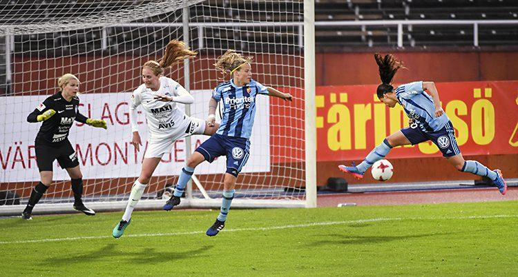 Spelare framför Djurgårdens mål