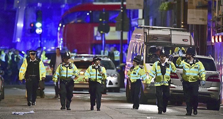 Poliser går i bredd i London.