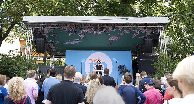 Anna Kinberg Batra på en scen med publik framför