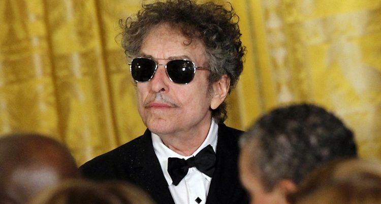 Bob Dylan med frack och svarta solglasögon