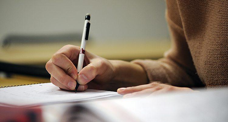 En student skriver i sitt block