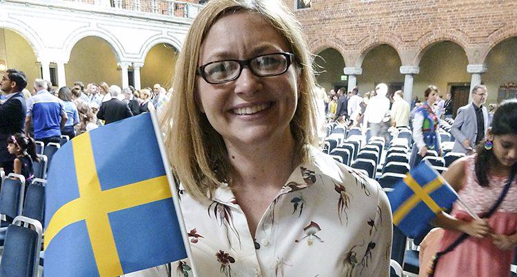 Tiffany Orvet håller i en svensk flagga