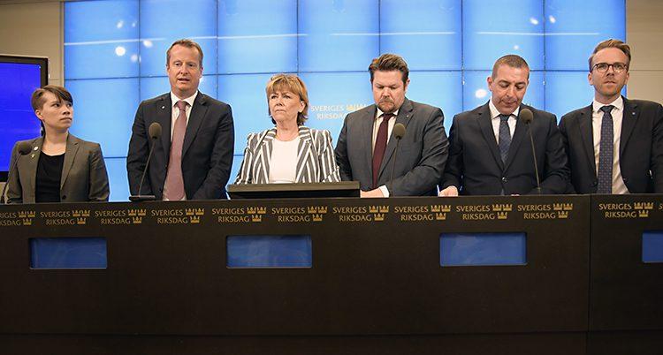 En bild på sex politiker