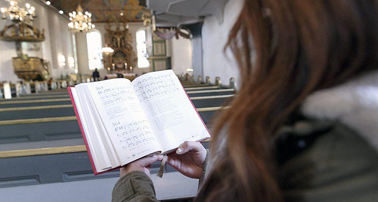 En flicka i en kyrka.