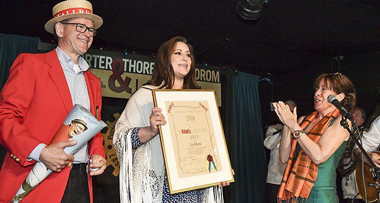Lisa Nilsson med ett stort diplom