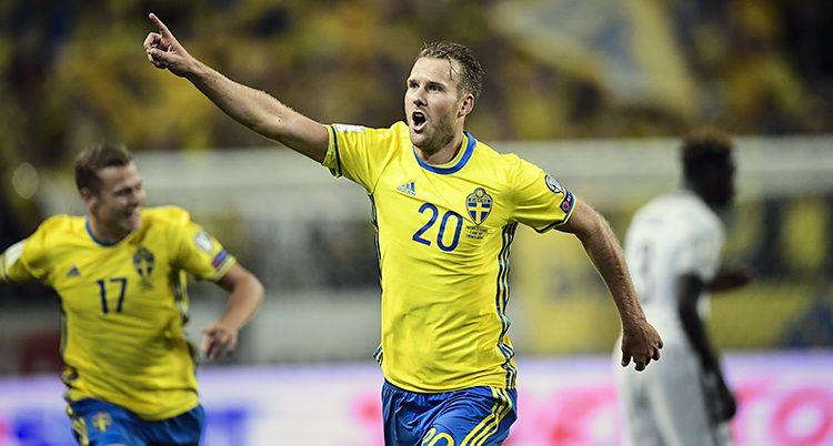 En spelare i gult och blått springer på planen