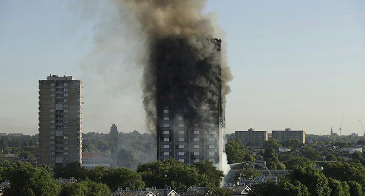 Ett höghus i London brinner.