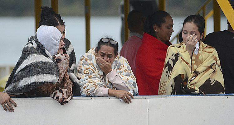 Människor sörjer dem som dog i båtolyckan