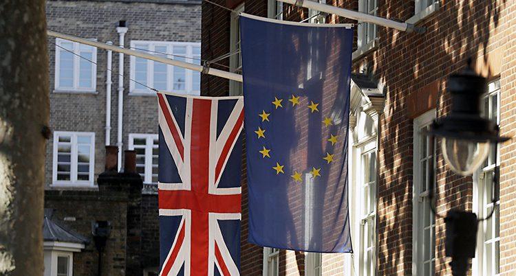 EU-flagga och brittisk flagga