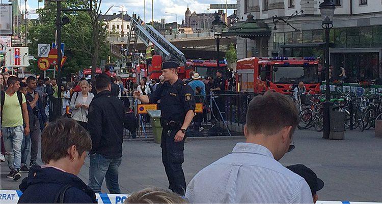 Poliser och brandmän vid tågstationen i Stockholm.